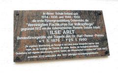 Gedenktafel für Ilse Arlt am ehemaligen Mädchengymnasium